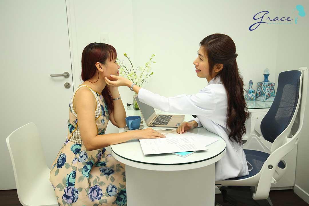 bác sĩ thăm khám tình trạng da cho khách hàng