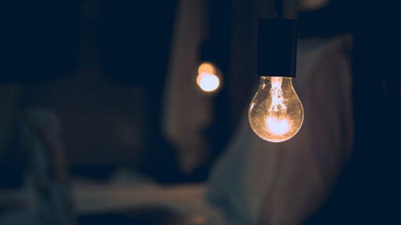 Tia UV không chỉ hoạt động ở ngoài trời mà vẫn có thể thông qua các ô cửa sổ, hoặc các thiết bị phát sáng trong nhà tác động đến làn da