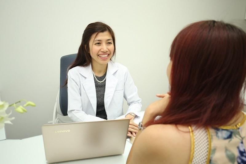bác sĩ hun kim thảo trao đổi với khách hàng điều trị sẹo rỗ