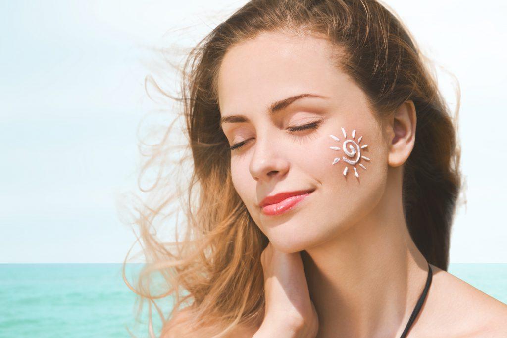 Bôi kem chống nắng giúp chống tia UV trong những ngày hè