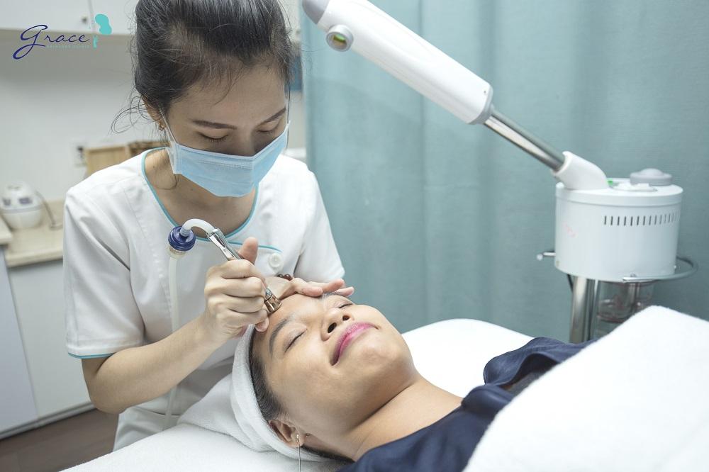 Điều dưỡng thực hiện mài da vi điểm tại Grace Skincare Clinic