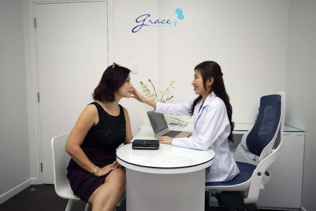 Bác sĩ Hun Kim Thảo khám và tư vấn lão hoá da cho khách hàng