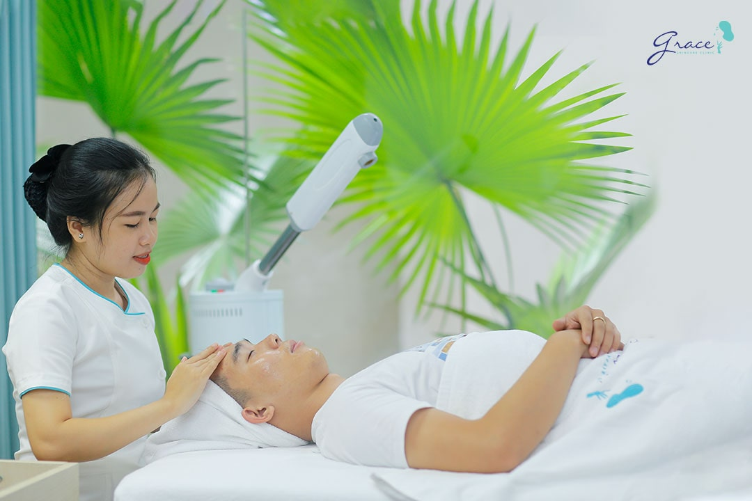 nhân viên y tế grace skincare clinic chăm sóc da mụn cho khách hàng
