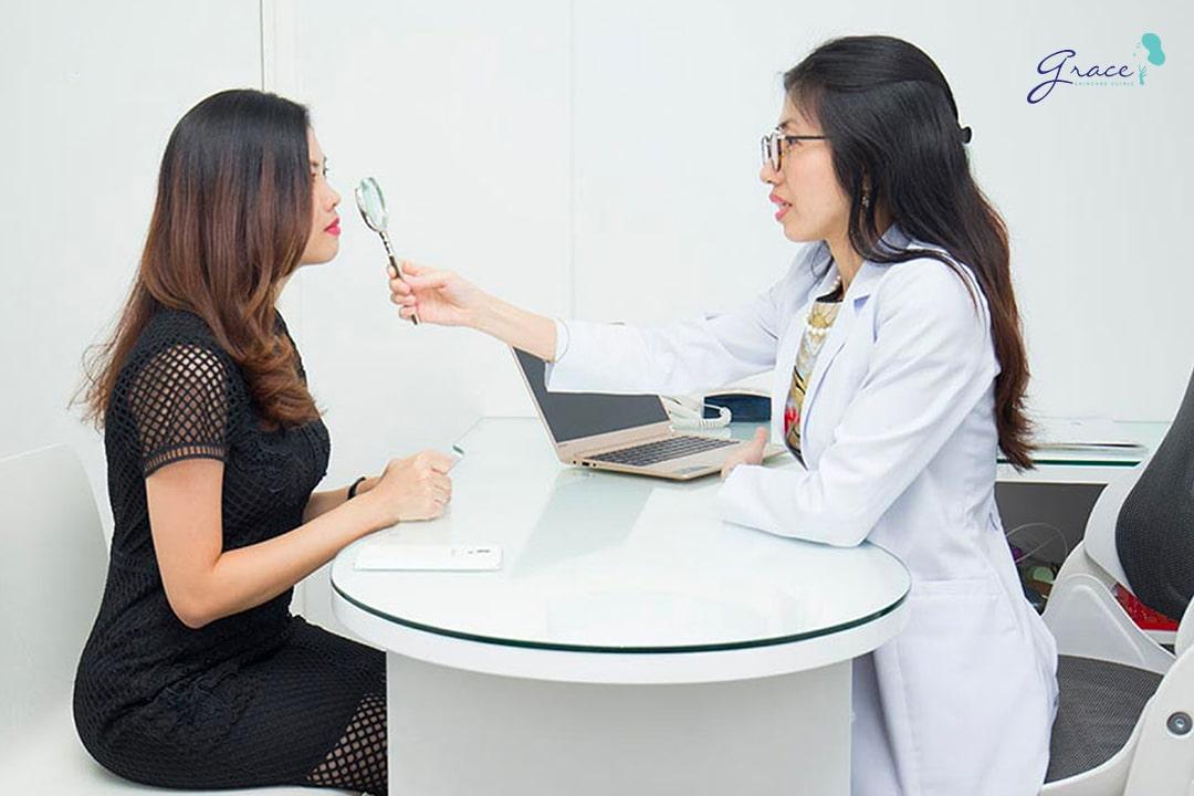 bác sĩ da liễu ở grace skincare clinic thăm khám bệnh nhân